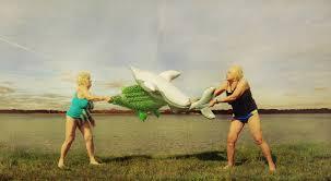 Frauen-mit-Krokodilen
